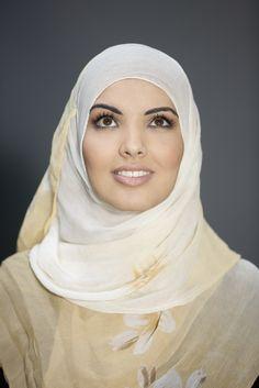 """""""Een hoofddoek heb ik in een half minuutje om. Scheelt de dagelijkse hairdo.""""  #hoofddoek #hijab  http://www.hoofdboek.com/"""