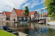 10 Nederlandse dorpen en kleine steden waar je geweest moet zijn. Mooi Monnickendam Noord-Holland