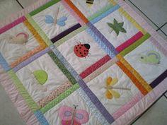 Manta infantil em tecido 100% algodão, confeccionada em patchwork e aplicações . NA COMPRA DE QUALQUER MANTA, VAI DE PRESENTE UM RELÓGIO DE PAREDE PARA COMBINAR. R$ 160,00