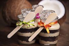 Dispostos em camadas, dentro de potinhos de vidro, todos os elementos da receita ficam aparentes, o que dá um toque sofisticado ao mais comum dos doces – sejam os clássicos pavês, ou então bolos de brigadeiro ou de cenoura com chocolate – além de ficarem com uma apresentação ótima.