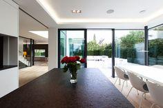 W6_Küche-Blick in Garten - W6_Neubau eines Wohnhauses mit Garage in München Denning