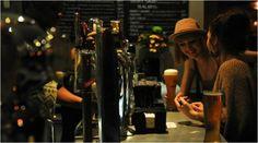 Лучшие заведения с европейской атмосферой В курортном городе Сочи есть места, где царит дух веселых и свободных баров Европы. В одно мгновенье вы сможете оказаться в Ирландии и даже переместиться в 70-е — времена легендарной «Аббы». Топ-5 мест для вечернего релакса  1. Бар «Лондонъ». В начале прошлого века здесь находилась гостиница «Лондонъ» — излюбленное место поэтической богемы.  ул. Несебрская, д. 6   2. Бар Harat's Pub. Обстановка кафе напоминает ирландский паб. Это отличное место, где…