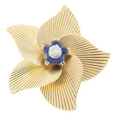 Tiffany & Co Round Sapphire Diamond 18 Karat Yellow Gold Open Flower Pin 18k Gold Jewelry, Sapphire Jewelry, Sapphire Diamond, Blue Sapphire, Diamond Jewelry, Diamond Brooch, Jewlery, Tiffany And Co Jewelry, Gold Flowers