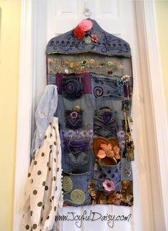Un utile portatutto organizer da appendere alle porte o agli armadi fatto riciclando i vecchi jeans.  Nel Tutorial è spiegato come disegnare il proprio Cartamodello, ricalcando ...