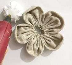How to make shabby cloth flowers: tutorial - In the Essential - Flores Cloth Flowers, Burlap Flowers, Diy Flowers, Fabric Flowers, Shabby Chic Flowers, Shabby Chic Fabric, Fabric Flower Tutorial, Easy Sewing Projects, Flower Making