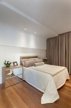 Idee camera da letto contemporanea molto elegante e raffinata nei toni bianco e marrone, pavimenti in legno e controsoffitti in cartongesso