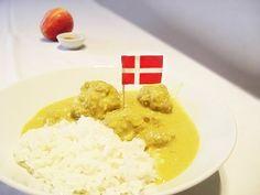 """Rezept für """"Boller i Karry"""" - Köstliche, dänische Hackbällchen in Currysoße mit Reis serviert. Das Lieblingsgericht vieler Kinder in Dänemark! Yams, Fall Recipes, Grains, Rice, Baking, Food, Denmark, Denmark Food, Food And Drinks"""
