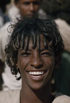 Africa: a nomadic Beni Amer boy wears his hair in traditional mud-stiffened ringlets. This unique hairstyle goes back to ancient times, and can be seen practised among various tribes on the continent. Black Is Beautiful, Beautiful People, Beautiful Eyes, Ethiopian Beauty, Ethiopian People, Egyptian Women, Eritrean, Tribal People, Smiling Man