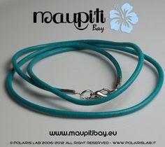 Bracciale in cuoio colorato con chiusura a moschettone.  Colored leather bracelet with lobster clasp.