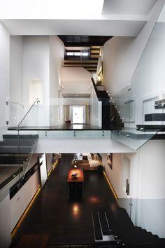 128G Cairnhill Road by RichardHO Architects  Esta residência moderna foi criado por Richard HO Architects em 2010. É uma renovação de um pré-guerra shop-casa em Singapura, que possui um lago de carpas interior que é acentuado por uma clarabóia com um teto de vidro retrátil.
