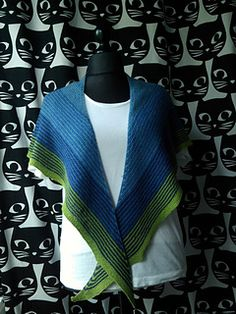 The shawl is named after its first recipient, my brother Josu. He is a very creative guy, a very talented photographer, and I didn't want a simple scarf so I gathered a lot of aran yarn for a huge shawl and this is the result. Patron gratis eb español