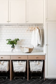 The laundry room does not have to do not have design. These 43 laundry rooms provide style suggestions that you can utilize to create a gorgeous job area. Tiny Laundry Rooms, Mudroom Laundry Room, Laundry Room Layouts, Laundry Room Remodel, Farmhouse Laundry Room, Laundry Room Organization, Laundry Room Design, Mud Rooms, Home Design