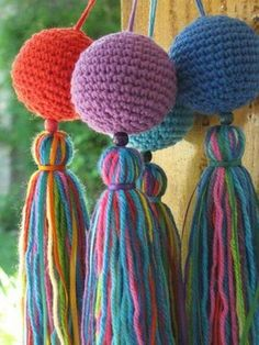 crochet around a ping pong ball and make tassel. Crochet Ball, Crochet Diy, Crochet Motifs, Crochet Home, Love Crochet, Crochet Crafts, Crochet Flowers, Crochet Projects, Crochet Patterns