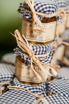 Think silver raffia but still high contrast black and white gingham? Decor only accents Cute wedding favors. Love the gingham and raffia! Jam Wedding Favors, Jam Favors, Creative Wedding Favors, Party Favors, Wedding Gifts, Wedding Jars, Grace Flower Box, Gingham Wedding, Jam Jar