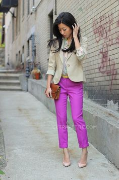 Work outfit: bright pants with a neutral blazer Office Fashion, Work Fashion, Airport Fashion, Style Fashion, Purple Pants Outfit, Outfit Work, Pink Pants, Bright Pants, Outfit