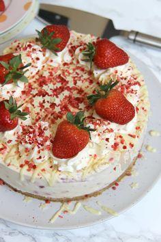 No-Bake White Chocolate Strawberry Cheesecake! Strawberry Cheesecake No Bake, Cheesecake Cups, White Chocolate Cheesecake, Cheesecake Recipes, Cake Recipes Uk, Dessert Recipes For Kids, Pudding Recipes, Baking Recipes, White Chocolate Strawberries