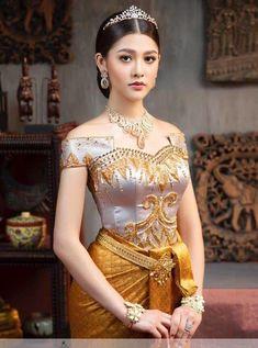 Pretty Khmer lady in traditional wedding costume. Traditional Thai Clothing, Myanmar Traditional Dress, Traditional Fashion, Traditional Outfits, Cambodian Wedding Dress, Thai Wedding Dress, Khmer Wedding, Indian Bridal Fashion, Asian Fashion