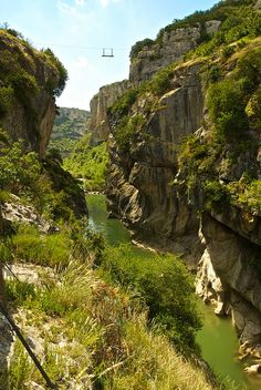 http://www.naturescanner.nl/canyons Kloof in Spanje. The Foz de Lumbier is a narrow gorge carved by the river Irati and declared a nature reserve. A rugged landscape where we can see vultures flying over the cliffs, a river with clean and fresh water that cuts in the narrow steps; the remains of a bridge which, according to legend, was built with the help of the devil and two tunnels that once crossed the first electric train in Spain.