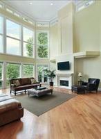 Wysokie pomieszczenia charakteryzują się dużymi, wysokimi oknami, dzięki którym światło dziennie wpada przez cały czas do środka. W naszej aranżacji salon w ciągu dnia jest bardzo dobrze oświetlony. Warto jednak pomyśleć o porze wieczorowej, kiedy będzie potrzebne oświetlenie sztuczne. Do tak wysokiego pomieszczenia proponujemy oczka sufitowe, które świetnie sprawdzą się w takim wnętrzu, ponieważ oświetlać będą cały salon z góry, rozpraszając światło równomiernie.