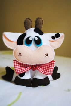 Items similar to Cow feutro on Etsy Sewing Stuffed Animals, Cute Stuffed Animals, Felt Crafts, Diy And Crafts, Cow Ornaments, Felt Doll Patterns, Felt Wreath, Sewing Toys, Sewing Projects For Beginners