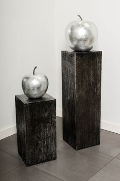 Modernes Podest in Metallic Geriffelt mit schickem Deko Obst in Silber Hochglanz.