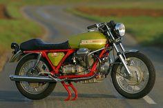 Moto Guzzi V7 Sport. Puro Stile. Italiano.