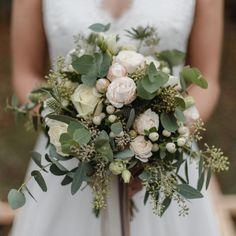Jeder Brautstrauß ist ein einzigartiges Kunstwerk! Ich habe euch ein paar Brautsträuße von vergangenen Hochzeiten & Shootings zur Inspiration rausgesucht - welcher gefällt euch denn am besten? 🥰 Hinterlasst mir gern ein Kommentar! ✨ Floral Wreath, Wreaths, Inspiration, Instagram, Home Decor, Unique, Couple, Artworks, Biblical Inspiration