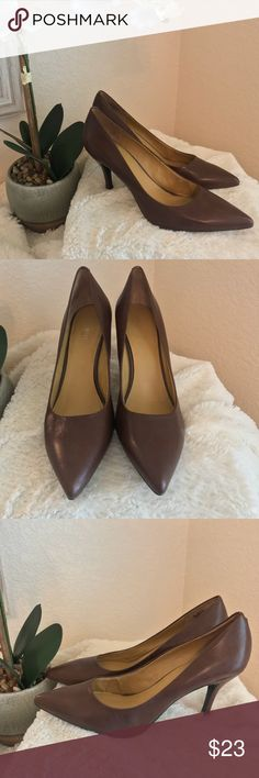 26b4341ca5a51 Nine West classic brown leather pumps size 10-1 2 These timeless leather  pumps