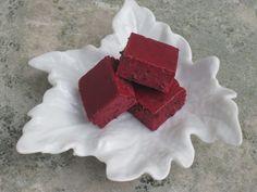 Sockerfritt gelégodis med svarta vinbär, lime och kokos