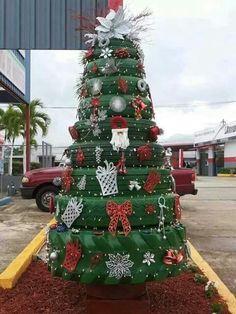 Árbol de navidad con llantas recicladas