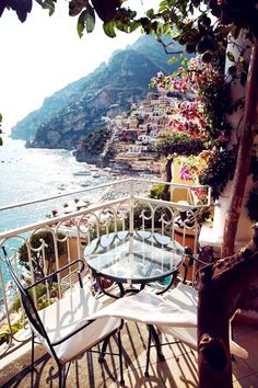The Amalfi Coast (Italy) and its built terraces are as beautiful as Cinque Terre. In Amalfi Coast is possible to enjoy views like these, in the town of Positano. Terraces dressed up with colourful buildings and sea views. A great bet for summer. Cinque Terre, Places To Travel, Places To See, Travel Destinations, Travel Tips, Rv Travel, Cheap Travel, Holiday Destinations, Travel Advice