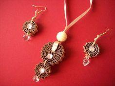 collier et boucle d'oreilles carton et perles...