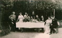 Александр Куприн (2-й слева) с женой (2 справа) и гостями в саду своего дома. Гатчина, 1911 год