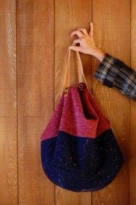 Grand cabas fait main pièce unique En laine chinée et jersey de laine rouge Intérieur en toile fushia avec 2 grandes poches Il mesure : H 55 cm L 75 cm Anses en cuirgold de 52 cm