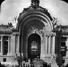 Exposition universelle de 1900, Paris. Entrée du Petit Palais (architecte : Charles Girault). Détail d'une vue stéréoscopique.