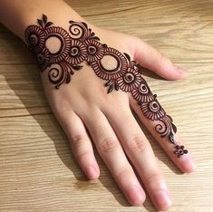 Girls paint their hands and legs with lovely and pretty new mehndi designs. These stunning mehndi designs are perfect for everybody. Easy Mehndi Designs, Henna Hand Designs, Dulhan Mehndi Designs, Latest Mehndi Designs, Arte Mehndi, Mehndi Designs Finger, Mehndi Designs For Girls, Mehndi Designs For Beginners, Wedding Mehndi Designs