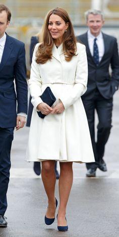 Pin for Later: Edel und nicht immer unschuldig: 22 Möglichkeiten Weiß zu tragen Kate Middleton Ganz royal paarte die Herzogin von Cambridge ihr weißes Mantel-Kleid mit königsblauen Accessoires.