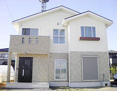 おちついた淡い色調の外壁に心地良く配置された窓。素敵な色調の外観と設備もしっかりして、おしゃれですごしやすいデザインの室内空間を併せ持つお宅ができました。 Dynamic Design, Japanese House, House Plans, Shed, New Homes, Exterior, Outdoor Structures, House Design, Mansions