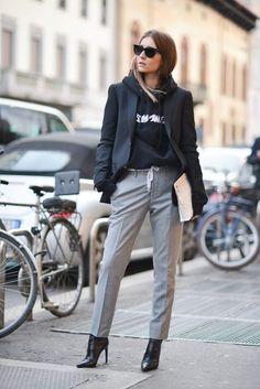 Chica usando hoddies y blazer en color negro con un pantalón de vestir