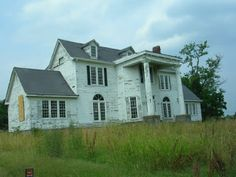 This is an interesting old house located in Nashville, Tennessee. The photo was taken by Lee Vervoort.