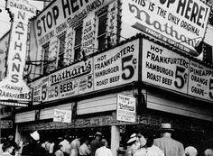 Comida rápida es un negocio muy popular, y Nathan's fue una de las compañías originales. Ha sido una parte de nuestra cultura- especialmente en Nueva York- por cien años.