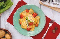 I ravioli ripieni di branzino, patate ed erbette con sugo di pomodorini confit e basilico sono un primo piatto di pasta ripiena delicato e raffinato.