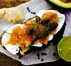 Salmón narinado con ginebra, enebro, eneldo y especias