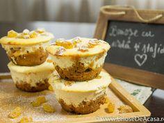 Whey cheese, biscuits and raisins muffins / briose cu urda, biscuiti si stafide. No Cook Desserts, Delicious Desserts, Raisin Muffins, Macarons, Cravings, Cheesecake, Deserts, Cupcakes, Diet