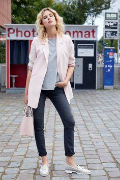Schmale Jeans im Used-Look. Mit Ziernähten, Zipp-Detail an der Tasche und Destroyed-Effekten für einen lässigen Style. Derbe Lederschnürer machen das Outfit perfekt.