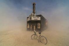 Magic desert sand around Black Rock Bijou Theater by Mark Kaplan (Carrollton, Texas) 2013 del festival Burning Man Nevada. (Smithsonian Annual Photo Contest) USA