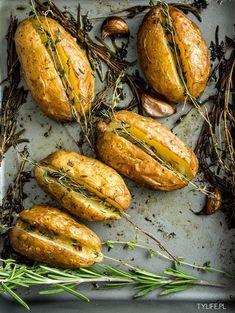 Niezwykle aromatyczne ziemniaki z masłem, czosnkiem i rozmarynem. Bardzo proste danie, wymaga niewiele wysiłku a zapewniam, że jest powalające. Mozna podawać solo lub jako dodatek do innego dania. Bardzo ciekawe pomysł na podanie ziemniaków troszkę inaczej. Przygotowanie:10minut. Pieczenie:50minut. Gotowe do podania:około godzinę. Ilość porcji z przepisu:2 porcje 4 młode ziemniaki, najlepiej nieco większe 2 główki …