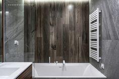 Elektrische Badheizkörper wie der Handtuchheizkörper elektrisch werden immer beliebter. Dies ist nicht verwunderlich, denn sie sind sehr flexibel und komfortabel und eignen sich wunderbar zur Erwärmung und zum Trocknen der Handtücher.  In der Übergangszeit fungiert der Handtuchhalter elektrisch obendrein als Heizung, denn er strahlt Wärme ab. Bathtub, Bathroom, Warm Bathroom, Tiny Bathrooms, Spot Lights, Hang In There, Standing Bath, Washroom, Bathtubs
