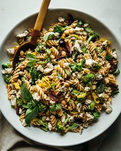GRILLED BROCCOLI AND PEPPERONCINI PASTA SALAD WITH BASIL » The First Mess // Plant-Based Recipes + Photography by Laura Wright Healthy Food Blogs, Healthy Recipes, Delicious Recipes, Healthy Eating, Grilled Broccoli, Broccoli Recipes, Pesto Potatoes, Pasta Salat, Salad Sauce