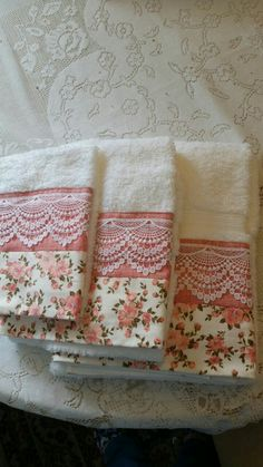 Could do this using fabric matching/coordinating with the shower curtain. Sewing Hacks, Sewing Tutorials, Sewing Projects, Hand Towels, Tea Towels, Personalized Towels, Towel Crafts, Embroidered Towels, Decorative Towels